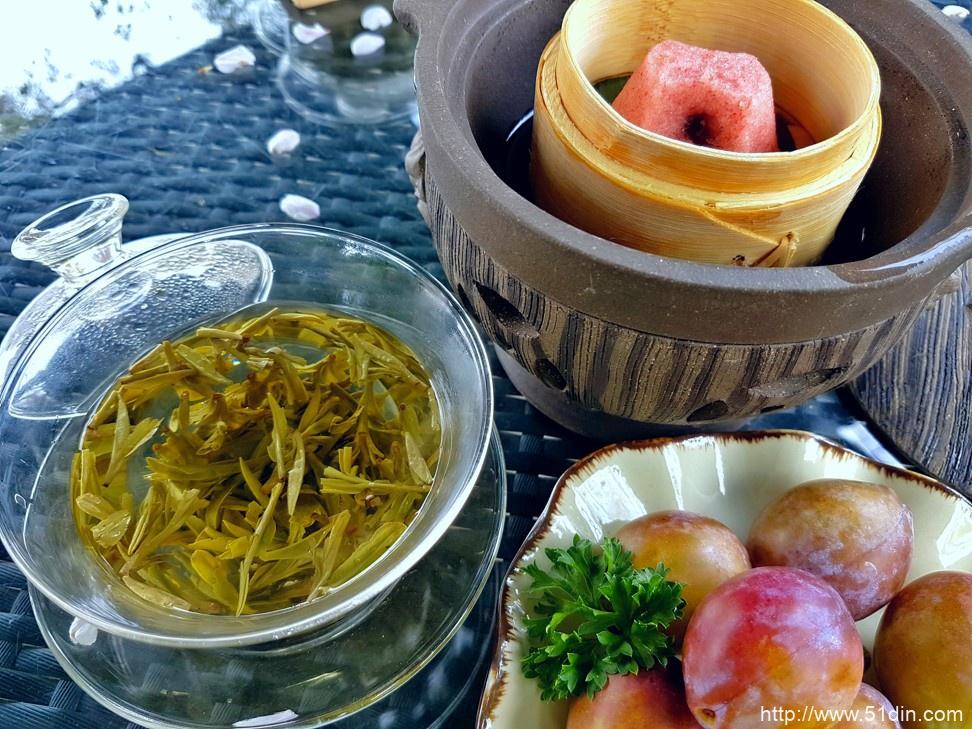 龙井经常供应水果和传统的杭州甜点,如胜利蛋糕,如浙江西子宾馆所见。 照片:Cedric Tan