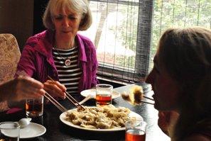 我们的客户在桂林享用晚餐。